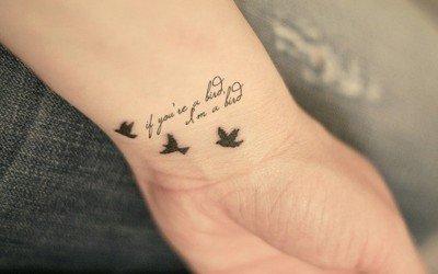 aves tatuajes mujeres muñeca