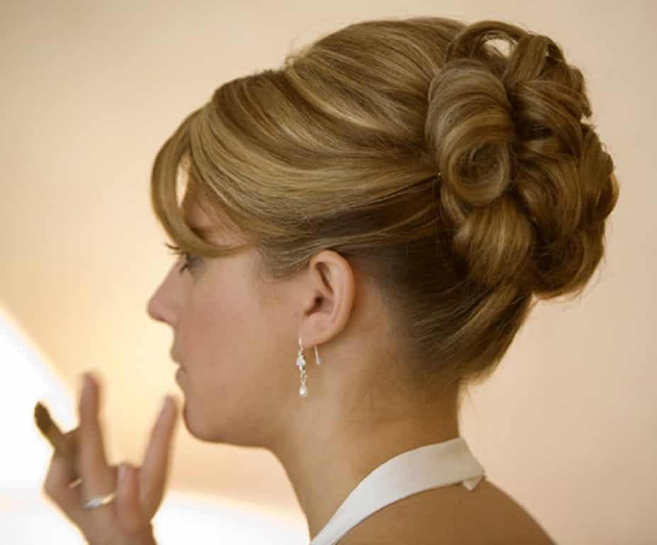 Recogido el cabello con bucles