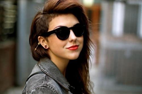 sencillo corte de pelo en donde vemos el pelo largo pero con una rapada de esta mujer de costado