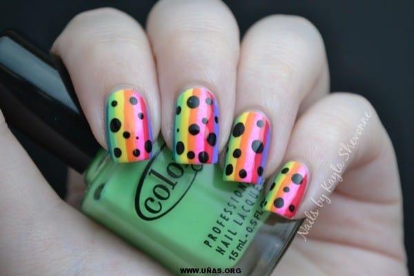 Uñas decoras con rayas de arcoiris y puntos