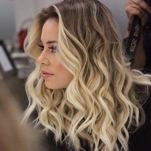 cabello ondulado con mechas californianas