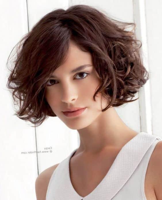 cabello ondulado con pelo corto