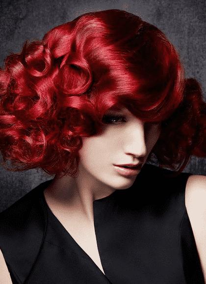 Cabello rojo oscuro para disfrutar del tono rojo o rojo cobrizo dependiendo la vestimenta que luego te quieras poner