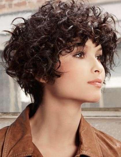 Corte de pelo corto rizado de mujer