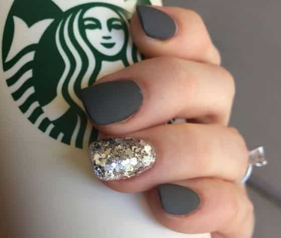 diseño-de-uñas-negras-con-accesorios
