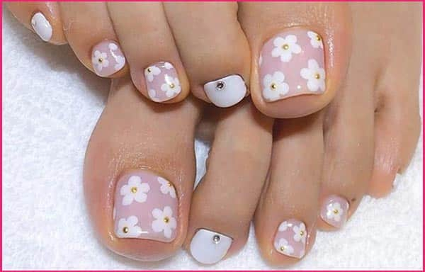 Designs of Nails with flowers for feet