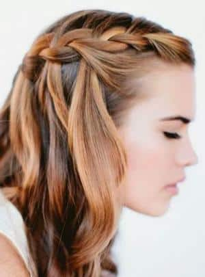 Trenzas gruesas de costado con volumen para peinado juvenil en un cumpleaños de 15 años. img_peinados_con_trenzas_para_pelo_largo_29576_300