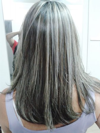 Cabello color chocolate con mechas beige