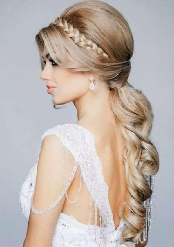 peinados para cabello largo liso semi recogido con una trenza que se utiliza para separar y tomar el cabello del flequillo con el de la cabeza superior - Peinados Largos