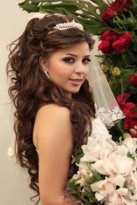 b038b5775 Peinado con pelo suelto con ondas que puede servir para el cumpleaños de  una quinceañera o bien para una boda