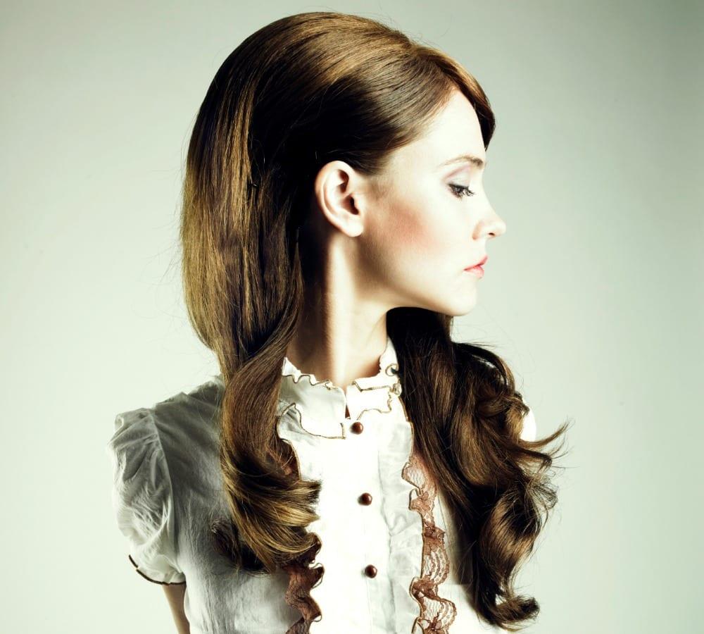 en este peinado se destaca por su cabello largo y sobre todo los bucles en las puntas no es tan estilo pinup pero es una variante - Peinados Pin Up
