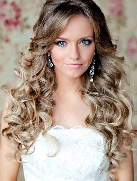 Estilo de look con pelo suelto muy utilizado cuando puedes controlar tus rulos lo cual recomiendo mucho con unos elegantes apliques en las orejas como