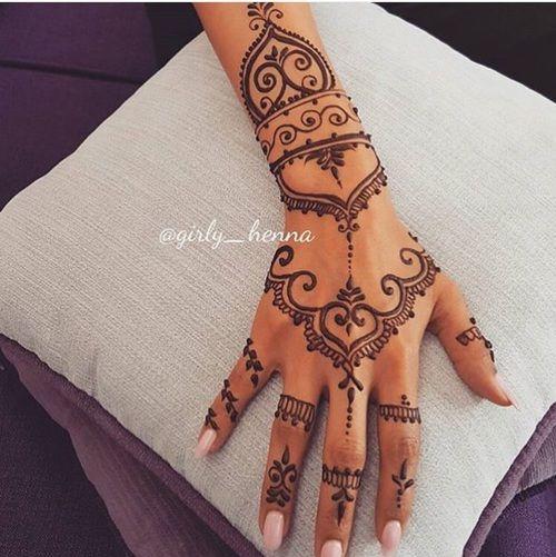 Tatuajes para mujeres en la mano peque os y con su significado for Henna para manos