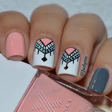 uñas largas decoradas con piedras. hermosas uñas con diseños