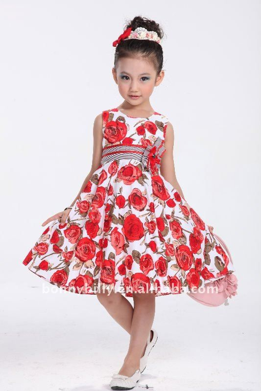 6204e0e58 Precioso vestido a la moda con fondo blanco y estampado de flores rojas con  un lazo grande a la cintura con lineas de color negro y un moño grande que  le da ...