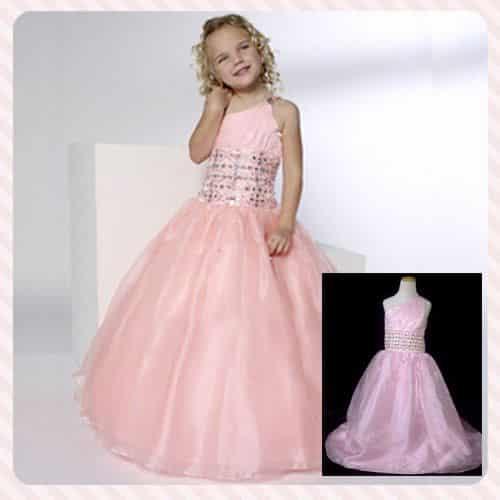 3b6e3c1422 Otro vestido con colores claros y brillos en la cintura donde se destaca  por tener en un hombro al descubierto con un tul para dar el efecto  princesa que ...