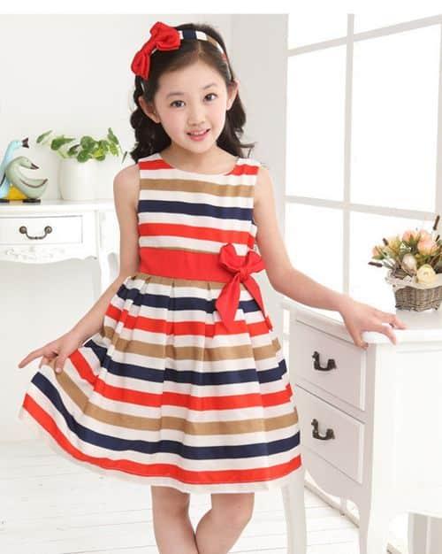 90d5c0e03 Vestido informal de niña que aplica las rayas gruesas con colores opacos  para utilizar y clásicos en juego con la vincha del mismo estampado