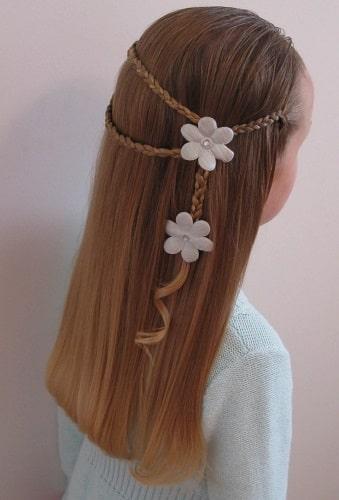 Peinado de trenzas y suelto con flores
