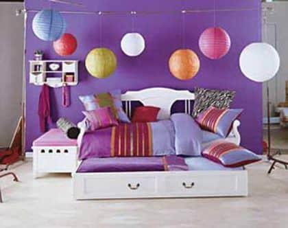la pared pixelada le da un color divertido a la habitacin cortando las tonalidades oscuras y solidas