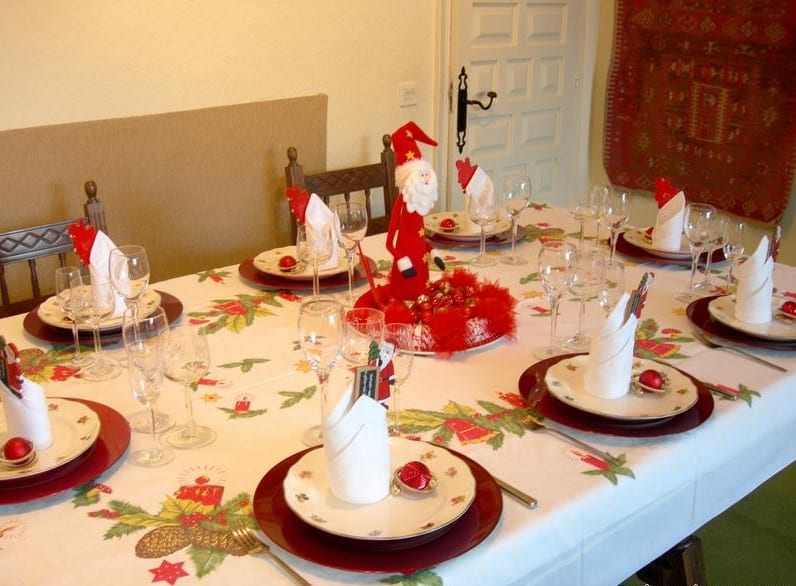 32 ideas de mesas navide as para decorar en navidad for Decoracion de una casa sencilla