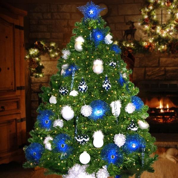 Luces azules que decoran el arbol y bolas de la misma tonalidad. Bolas blanco hacen un bonito contraste