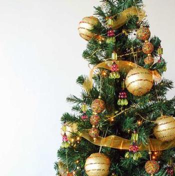 bolas doradas con adornos de lines brillantes con cintas de color dorado