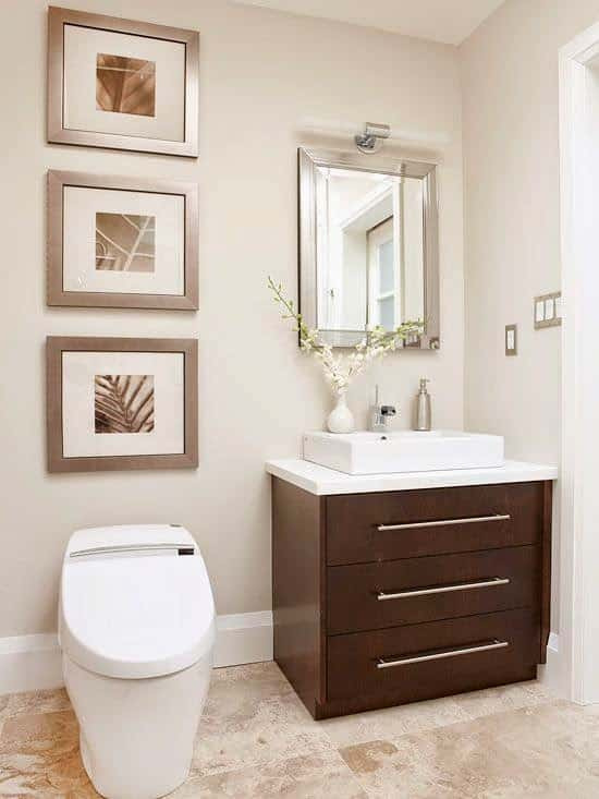 Decoracion Baños Fotos Pequenos:Baño con paredes oscuras y cieloraso blanco con placas y guarda ancha