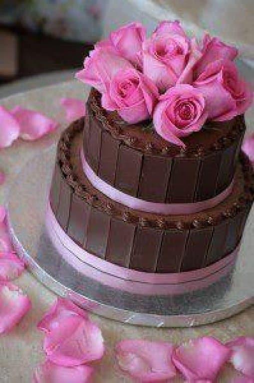 torta de chocolate con decoracin de rosas en mazapn y en azcar en la superficie del pastel
