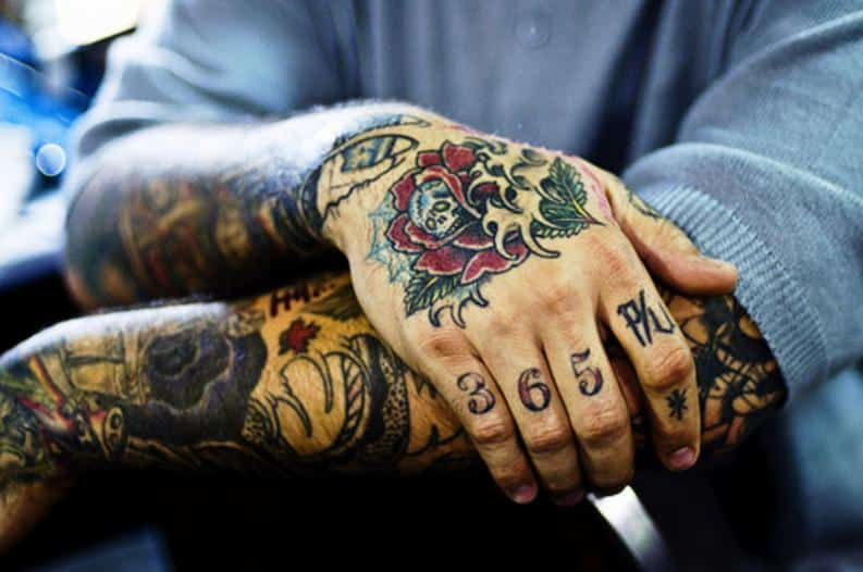 tatuajes en la mano de rosas para mujeres