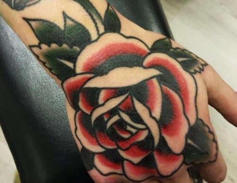 tatuajes de rosas para hombres en la mano