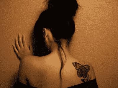 Otro delicado tatuaje de mariposas en hombro de tamaño mediano