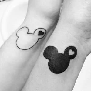 Tatuaje del logo de Mickey Mouse sigue presente entre los enamorados