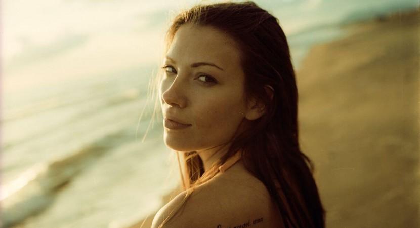 Tatuaje femenino en el hombro