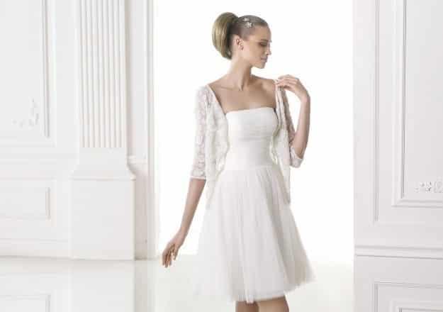 Vestido de novia sencillo para civil con peinado recogido