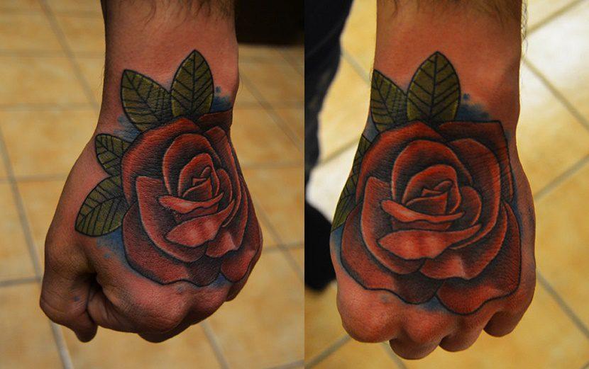 Tatuaje de rosa en el puño