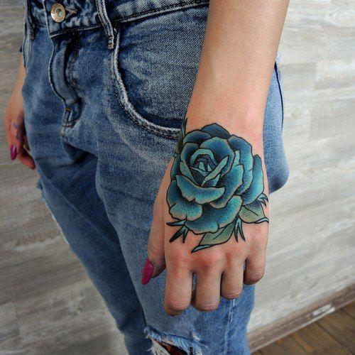 tatuajes de rosas en la mano para mujer