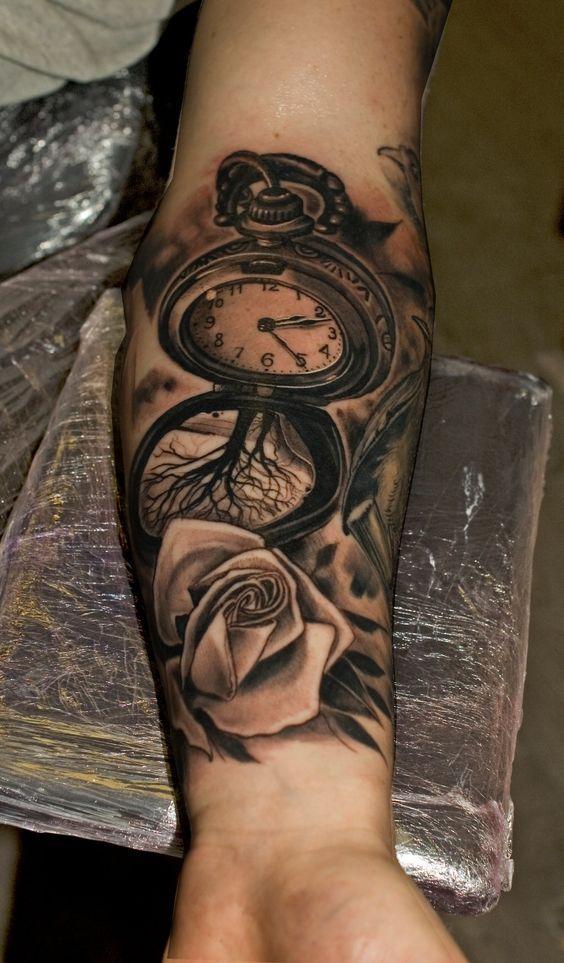 tatuaje con rosas en el brazo y reloj
