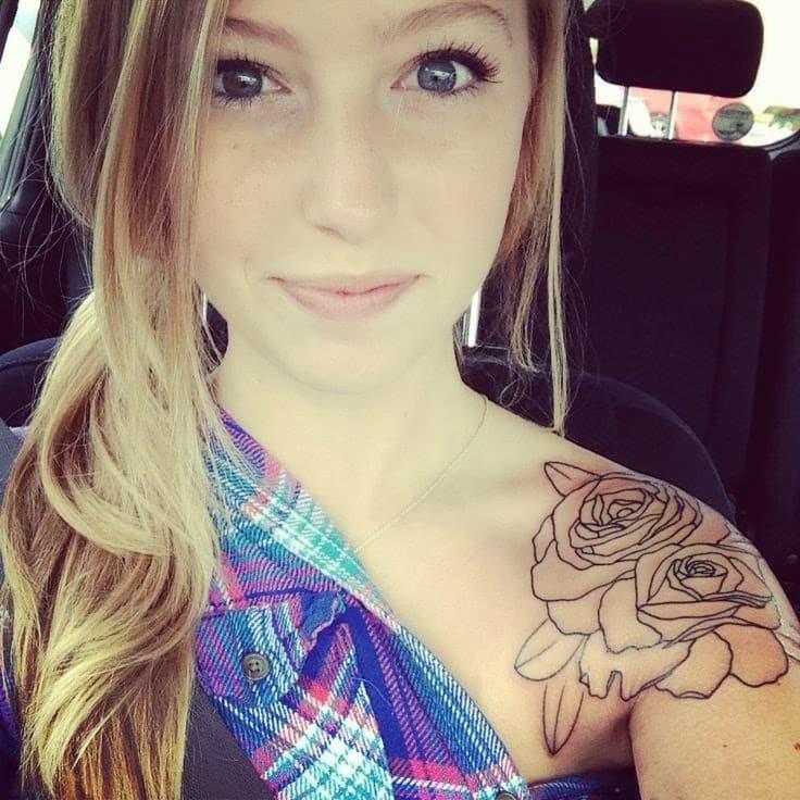 tatuajes-en-el-hombro-para-mujeres-rosa
