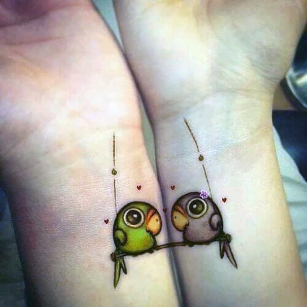 Tierno dibujo de un tatuaje de novios en donde los pajaros se balancean en su nidito de amor cuando se unen las muñecas de la pareja enamorada