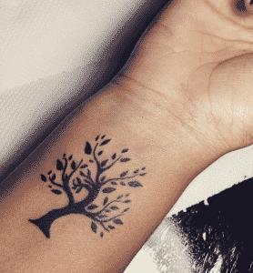 Foto de tatuaje para mujeres que se utilizan mucho en la muñeca para  reflejar el camino de la vida con un arbol con sus hojas detalladas que  muchas veces se ...