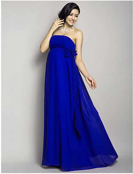 76720dcff Vestido de fiesta de color azul marino con un amplio destaque de los  hombros al descubierto y un gran moño sobre la barriga de embarazo