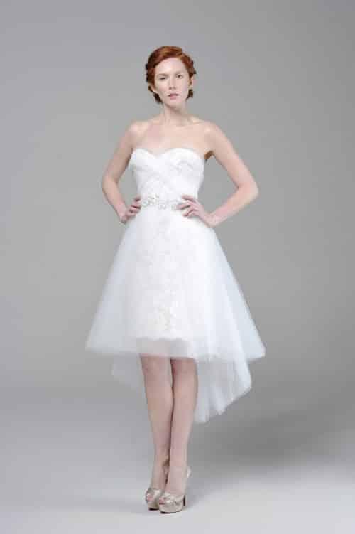 98924b5be Lindo vestido que me gusta por su detalle de corto por delante y largo con  la cola de novia por atrás